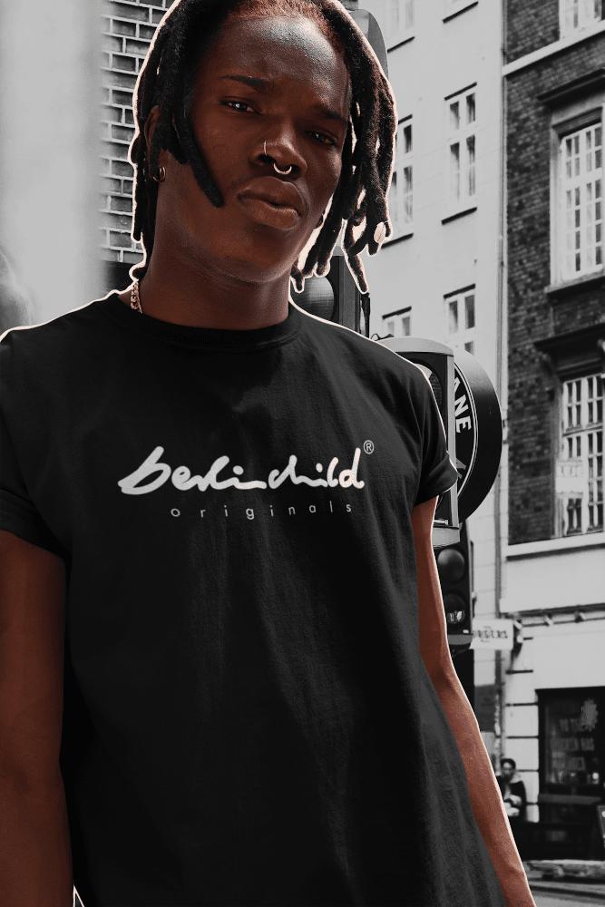 Mann der ein schwarzes berlinchild T-Shirt trägt